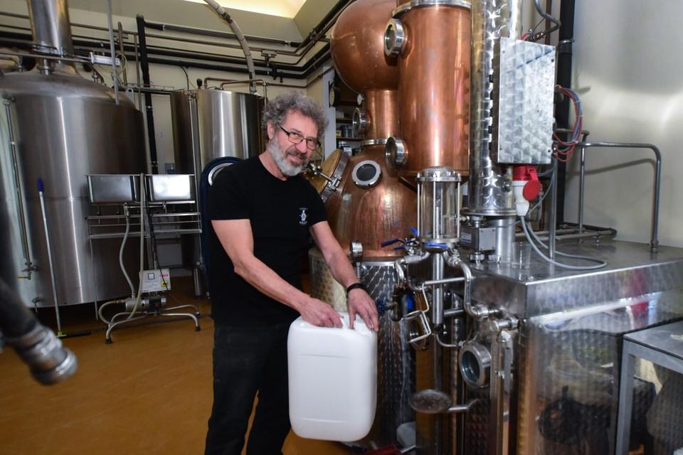 Guy Pirlot van brouwerij-stokerij Pirlot vult de alcohol af in bidons van twintig liter voor apothekers uit de buurt.