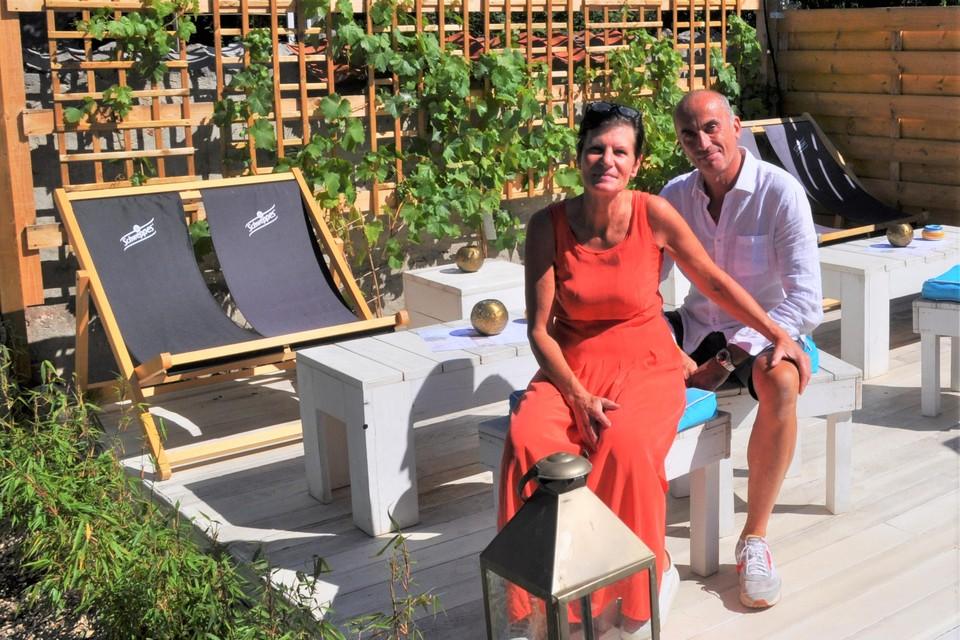 Birgit en Serge genieten zelf ook van het vakantiegevoel in hun zuiderse zomerbar Onder Den Toren.