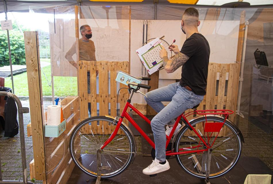 De geliefde vogelpik is nu coronaproof. Er wordt nu niet al rijdend, maar op een vaste fiets met pijltjes gegooid.