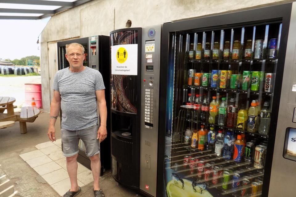 Bioboer Joris Willems moet na zestien jaar zijn drankautomaten aan zijn boerderij op de Groesaard in Poederlee verwijderen. Volgens de gemeente is een vergunning voor de toestellen onmogelijk.