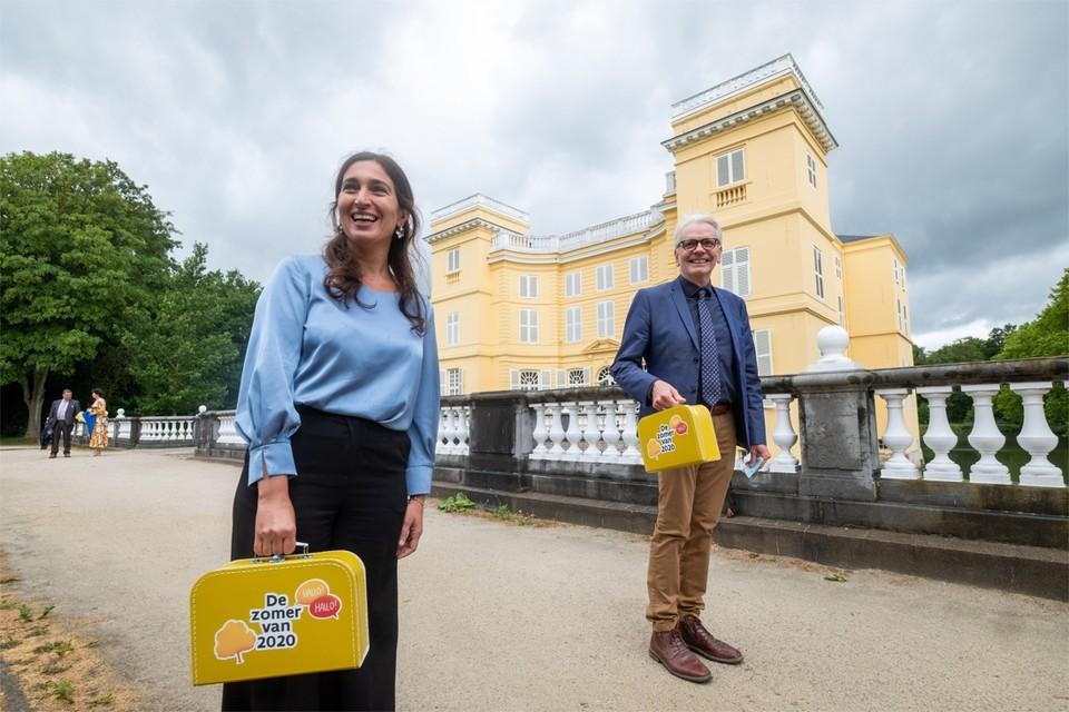 """Vlaams minister Zuhal Demir en gedeputeerde Jan De Haes zijn op wandel aan kasteel D'Ursel in Hingene. """"Wij gaan deze zomer met vakantie in Vlaanderen"""", zeggen ze."""