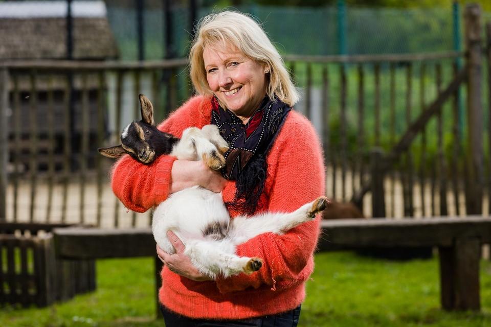 """Sonia Nauwelaerts met een van de geitjes van de kinderboerderij in haar armen. """"Het park was mijn tweede thuis."""""""