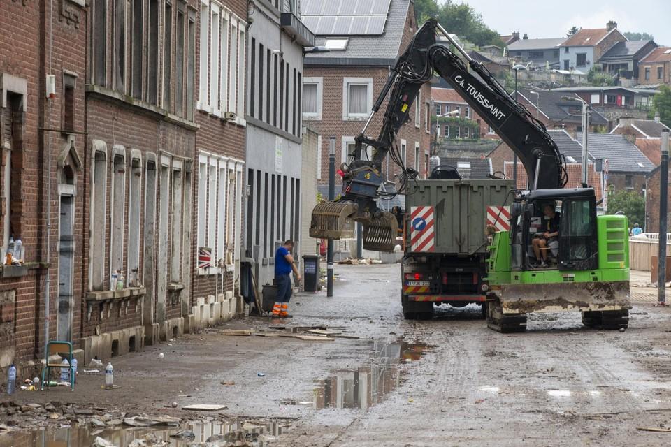 In de straten van Pepinster wordt puin geruimd. Schelle zoekt mee naar logistieke ondersteuning voor de noodhulp.