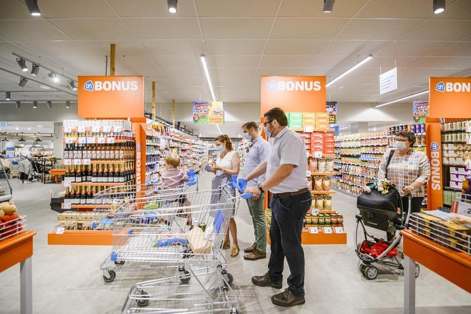 In Schilde wonen duizend Nederlanders, maar ook de Vlamingen komen graag winkelen in Albert Heijn voor het  'verrassend assortiment, de Hollandse prijzen en persoonlijke service'.