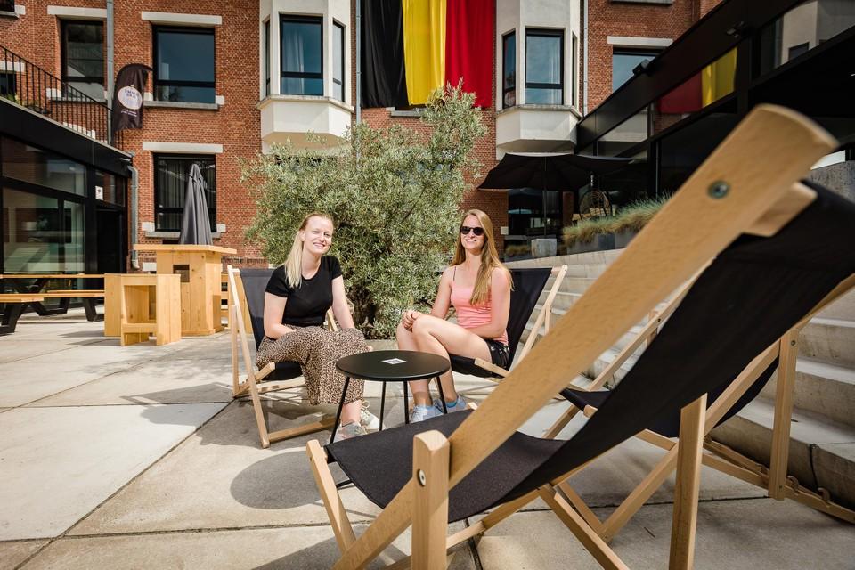 Bij een zomers terras horen ook strandstoelen om lekker in weg te zakken.