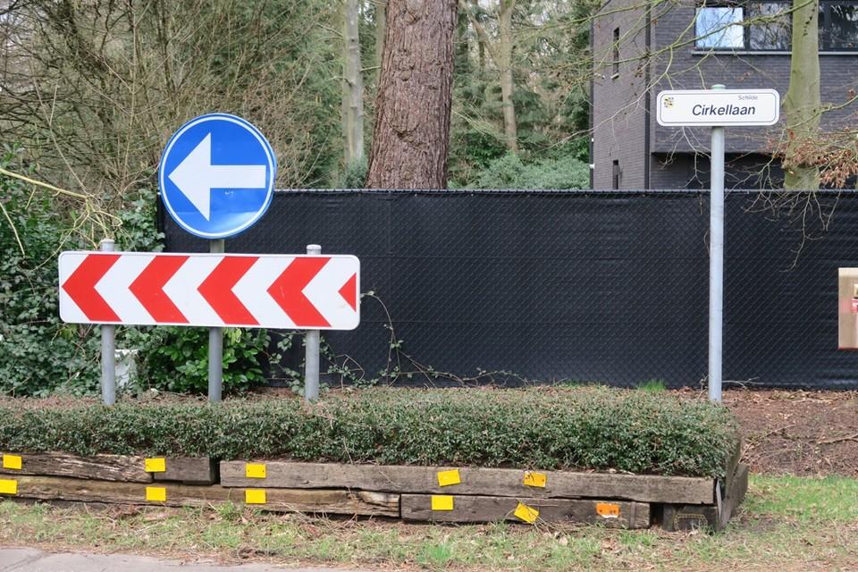 Wie de Cirkellaan nadert, moet de grote rotonde niet rechts maar links oprijden, een jaartje toch nog.