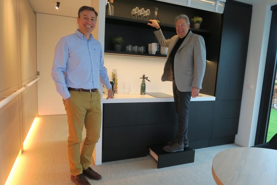 Benoit Somers van Hahbo en ontwerper Axel Enthoven bij de slimme kleerkast in de slaapkamer.