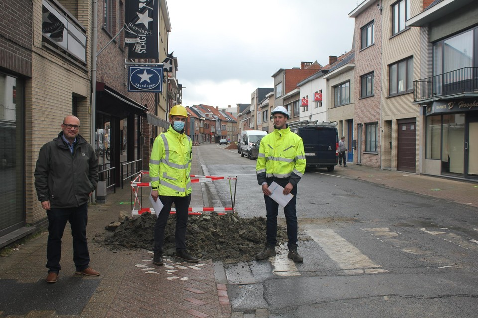 Maandag werden al de eerste putten gegraven. Dit is ook een rioleringsproject dat wateroverlast moet vermijden, zegt schepen Hanssens (links).