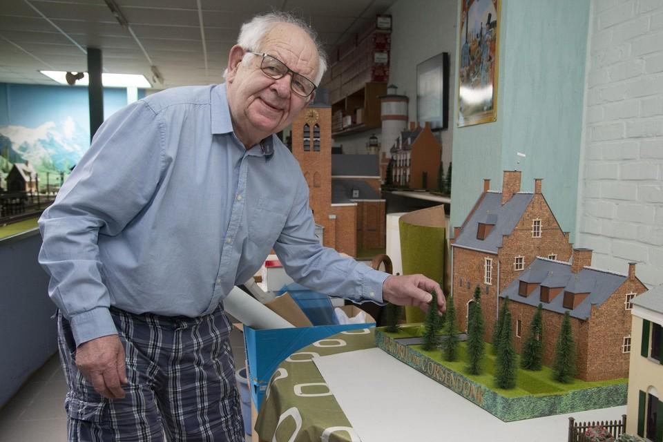 Theo Looyens zet een boompje recht op zijn maquette van de priorij van Corsendonk.