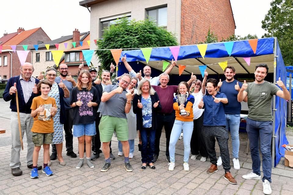 De bewoners van de Schoolstraat - de slimste straat van Wijnegem - pronken met hun beker