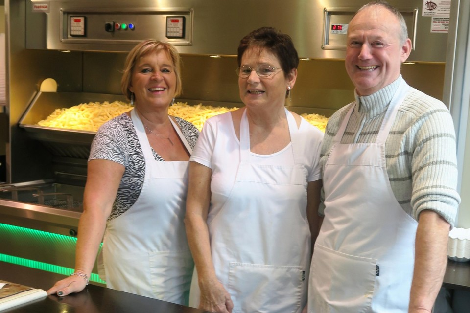 Donald, Lieve (midden) en Jetje, één van de drie trouwe medewerkers, kunnen glimlachen: hun frituur is overgenomen, maar de goede overdracht en kwaliteit waar De Lange Reep bekend om staat, blijven gewaarborgd.