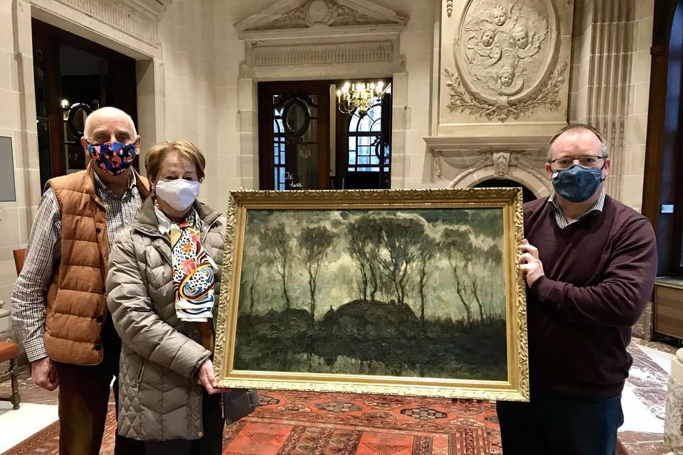 Burgemeester Koen T'Sijen ontvangt het schilderij.