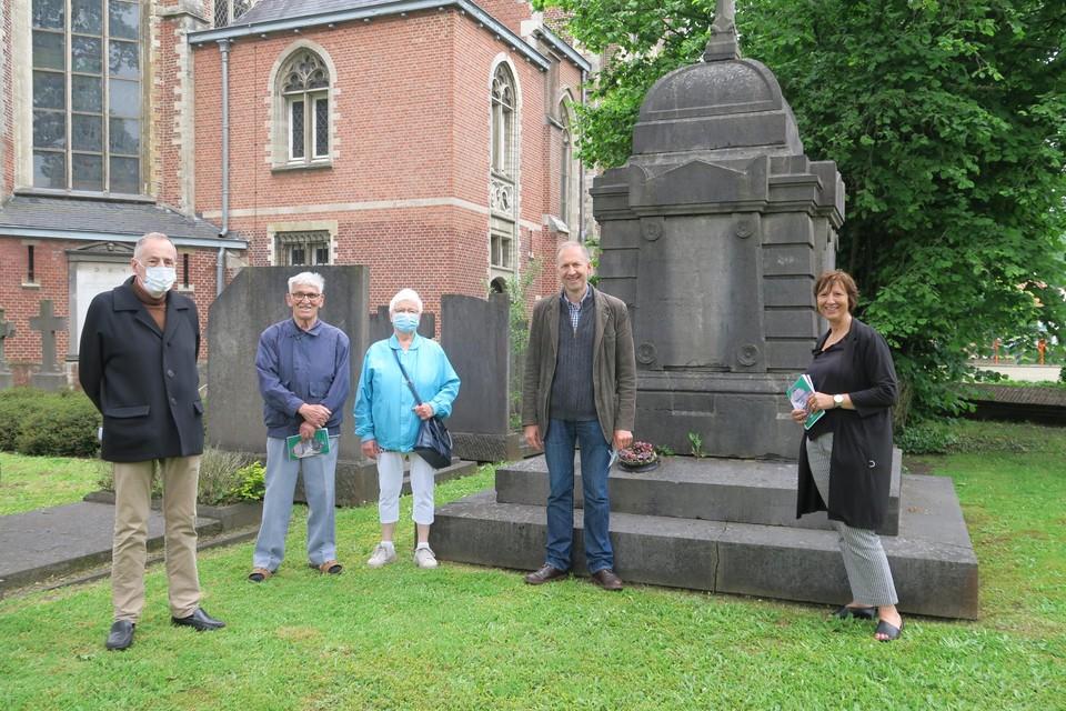 Patrick Anthoni, schepen Kathleen Krekels en enkele mensen die de rondleiding op het ereperk van de begraafplaats Sint-Guibertus volgden. Het gezelschap staat bij het indrukwekkend neoclassicistische monument van de familie Frere-Demarbaix.