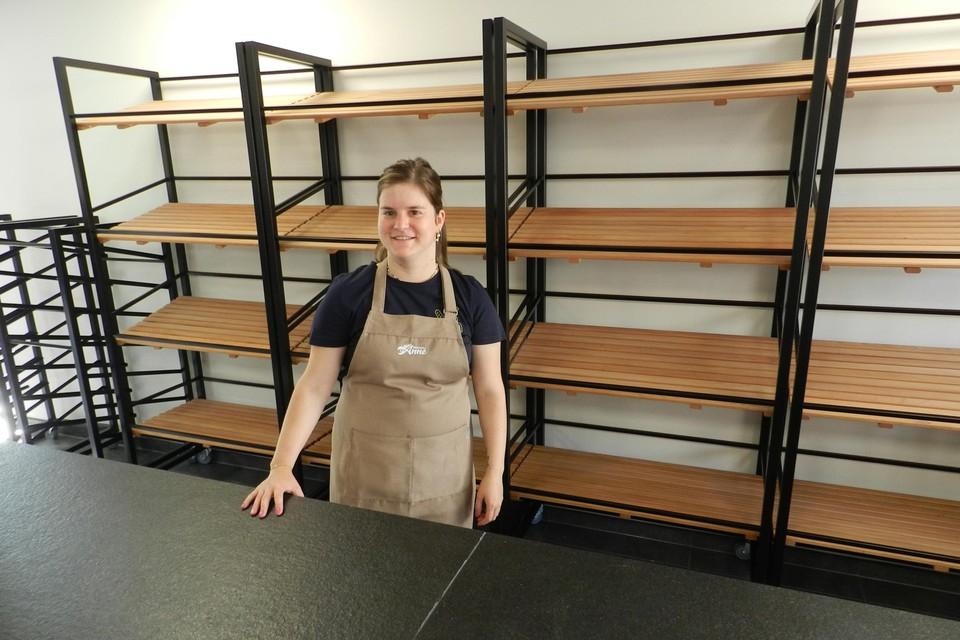 Anne Kenis vult vrijdagochtend voor de eerste keer de broodrekken in haar nieuwe winkel.