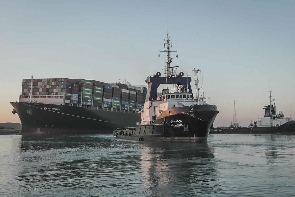 De Ever Given vaart weer in het Suezkanaal.