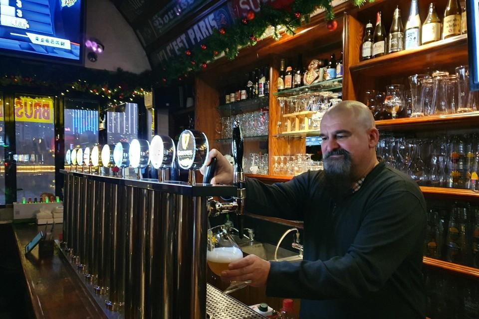 """David Wilmots uit Kortessem baat in Wuhan twee Belgian Beer Cafés uit. """"Sinds midden april zijn mijn cafés weer open."""""""
