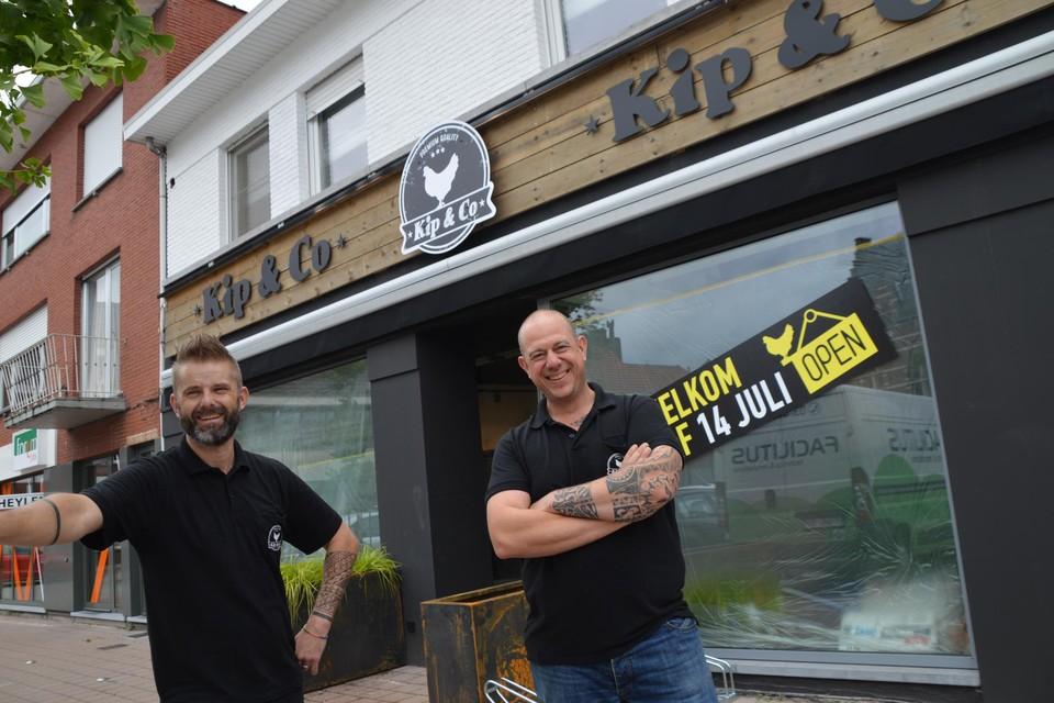 Steve Verwerft en Benny Melis voor het nieuw filiaal van Kip & Co. Derde vennoot Robin Van Echelpoel kon er niet bij zijn.
