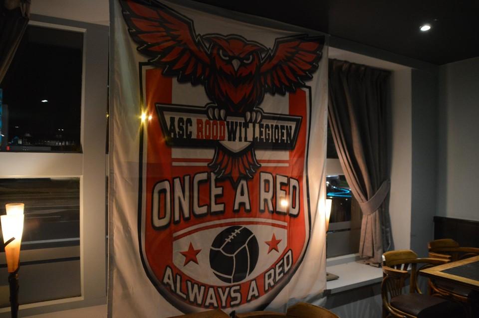 De vlag van ASC Rood Wit Legioen, met een bosuil.