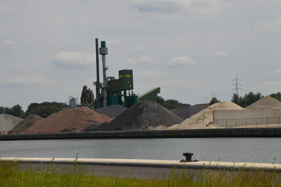 Colas naast het Albertkanaal. Het bedrijf ligt op grondgebied Wijnegem.