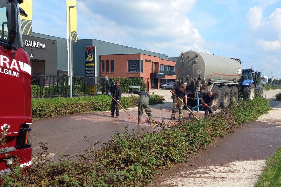 Het deksel van een tankwagen, die afkomstig was van het slachthuis in Olen, was door gisting losgeschoten.