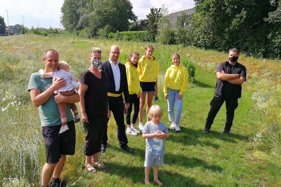 Schepen Bart Julliams (met sjerp), raadslid Benny Eyckmans (rechts), de drie nieuwe ambassadeurs Manse, Amber en Julie (in het geel) en enkele buren verkennen de bijensnelweg naast de ring.