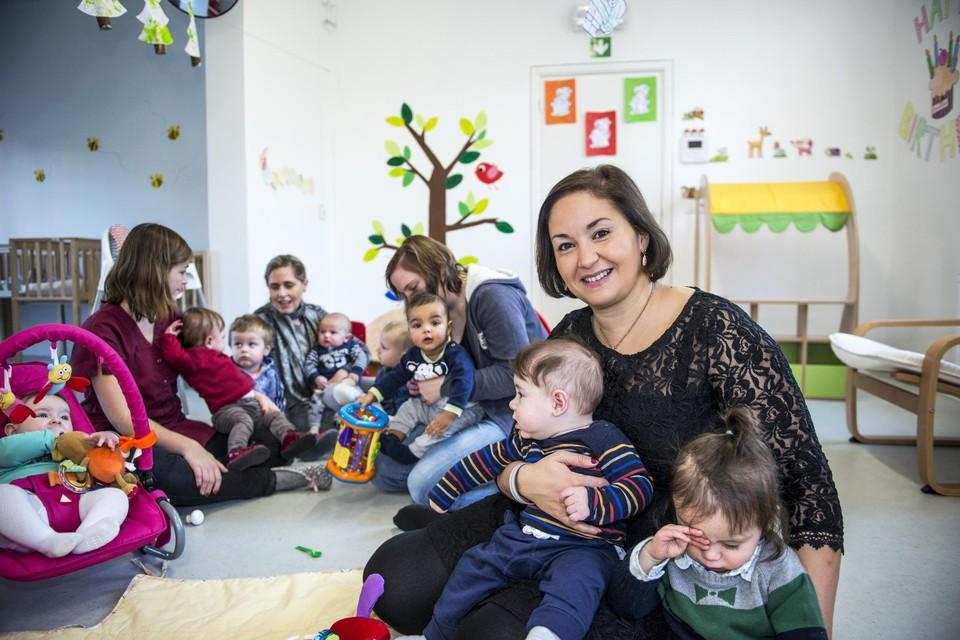 Schepen Ait Daoud in pre-coronatijden op bezoek in de kinderopvang Boelieboe. Zij steunt de vraag rond vaccinatie van de kinderverzorgsters.
