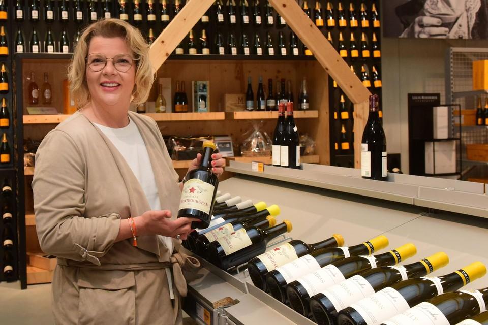 Duurdere wijnen zijn in trek. Marion Van Zon toont een fles van 66,74 euro.