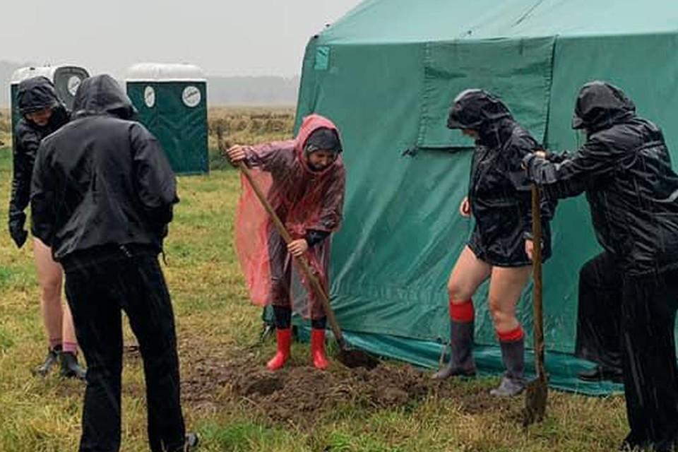 Enkele begeleiders van de Chiro van Gierle groeven tijdens de hevige regenval nog wat greppels rond de tenten op de kampgrond in Leut.