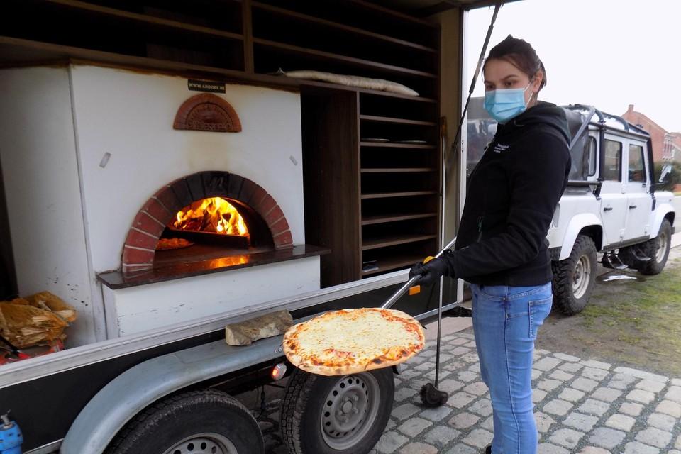 Sanne Jacobs van Ardore uit Beerse toont een kraakverse artisanale pizza, gebakken in een houtoven voor je deur.