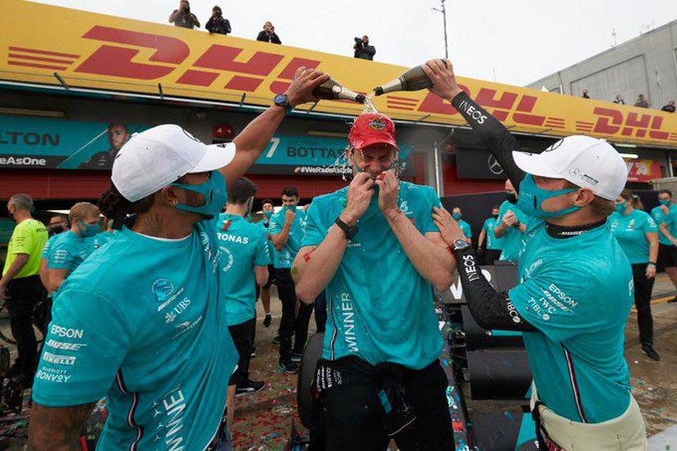 Hamilton en Bottas besprenkelen teambaas Toto Wolff met champagne voor de zevende constructeurstitel op rij voor Mercedes.
