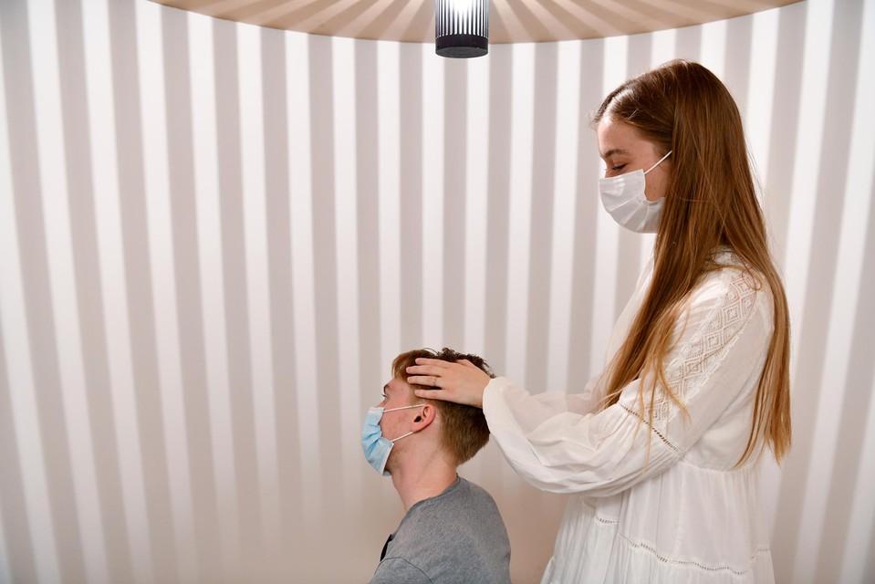 Catho Schoenmaekers toont hoe een patiënt met MdDS in een cabine wordt behandeld.