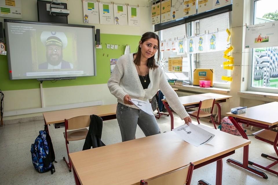 Toekomstig leerkracht Chaimae Attiaoui geeft sinds maandag les in een van de bubbels van het zesde leerjaar van het diverse basisschooltje De Wereldreiziger in Antwerpen. Via het project EHBO kan ze zo haar stage ondanks corona toch afwerken.