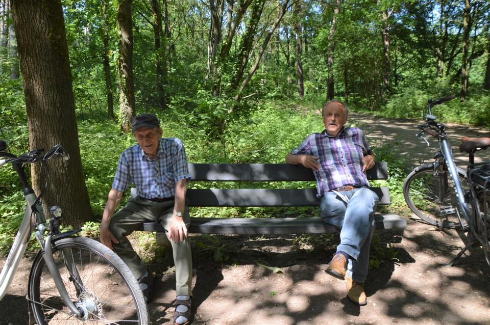 Leo Cautereels (rechts) op de bank in het Zoerselbos. Hij zit zelf in het comité dat de natuurherinrichting begeleidt.