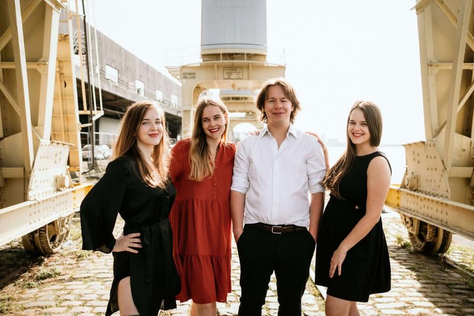 Laurien, Astrid en Charlotte Van den Broeck met Timothy, ze helpen je om het juiste restaurant te vinden.
