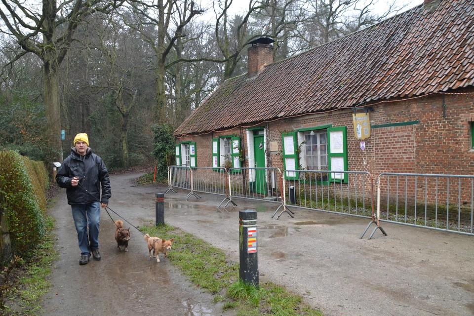 Een wandelaar langs het Boshuisje in Zoersel.