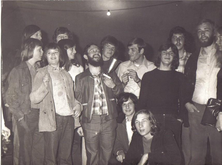 Groepsfoto van Convenio met Rudi met beker.