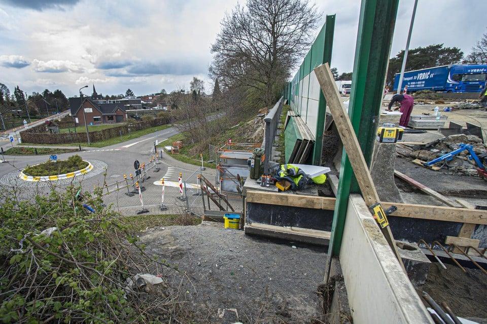 Een bult op het wegdek aan de brug wordt gerepareerd.