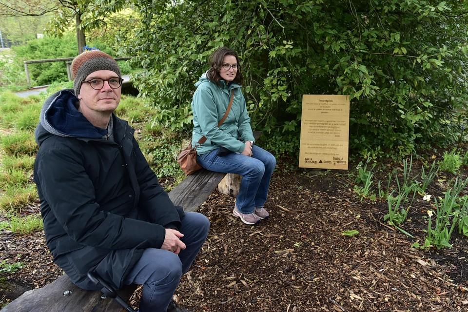 Joke en Maarten van het Huis van de Mens op de troostplek in het Vrijbroekpark.