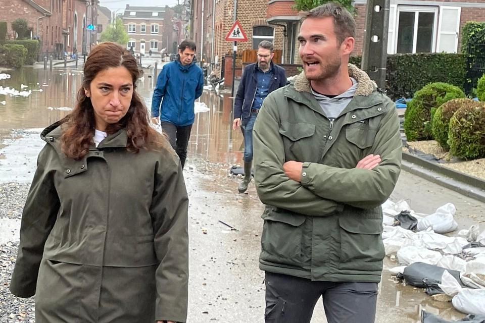 Vlaams minister van Omgeving Zuhal Demir (N-VA) meet de schade op na de wateroverlast in Voeren.
