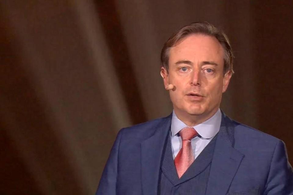 Volgens Bart De Wever ligt zijn partij van twee kanten onder vuur.
