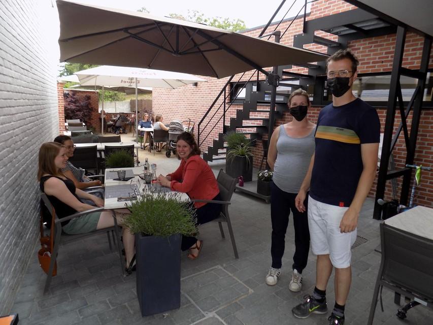 Het terras van het koffiehuis is al enkele weken open. Woensdag kunnen de klanten ook binnen gaan zitten.