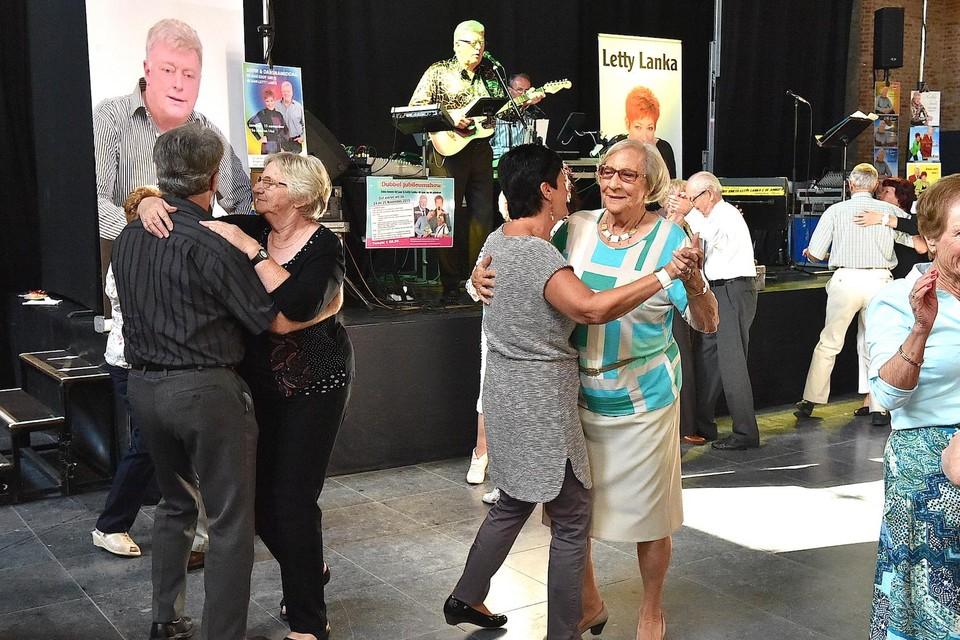 Senioren aan het dansen tijdens Balcazar.