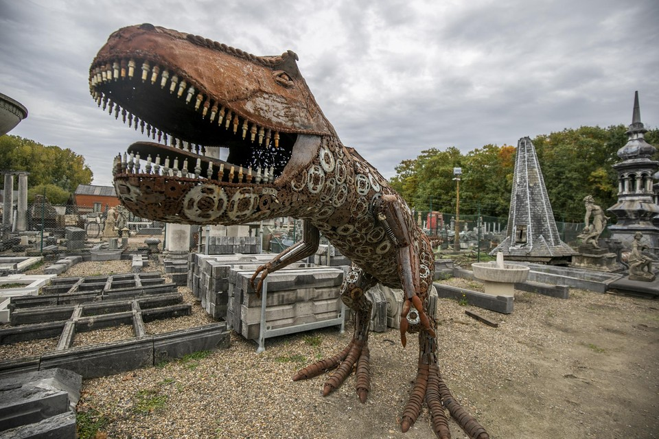Deze T-Rex is te zien vanop de Liersesteenweg en gaat nu weg tegen een hoge korting.