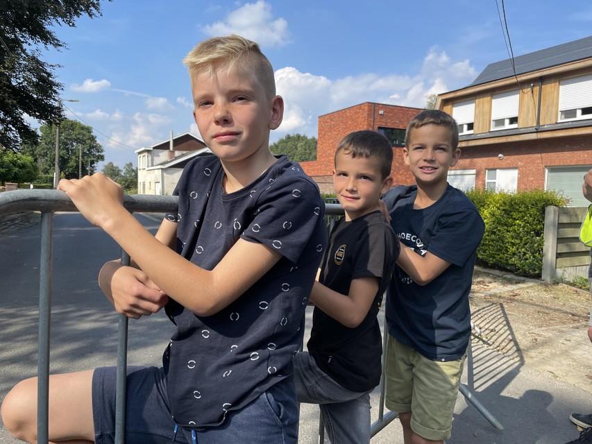 Jurre, Nand en Floris staan te supporteren. De papa van Jurre rijdt mee met het rugnummer 43.