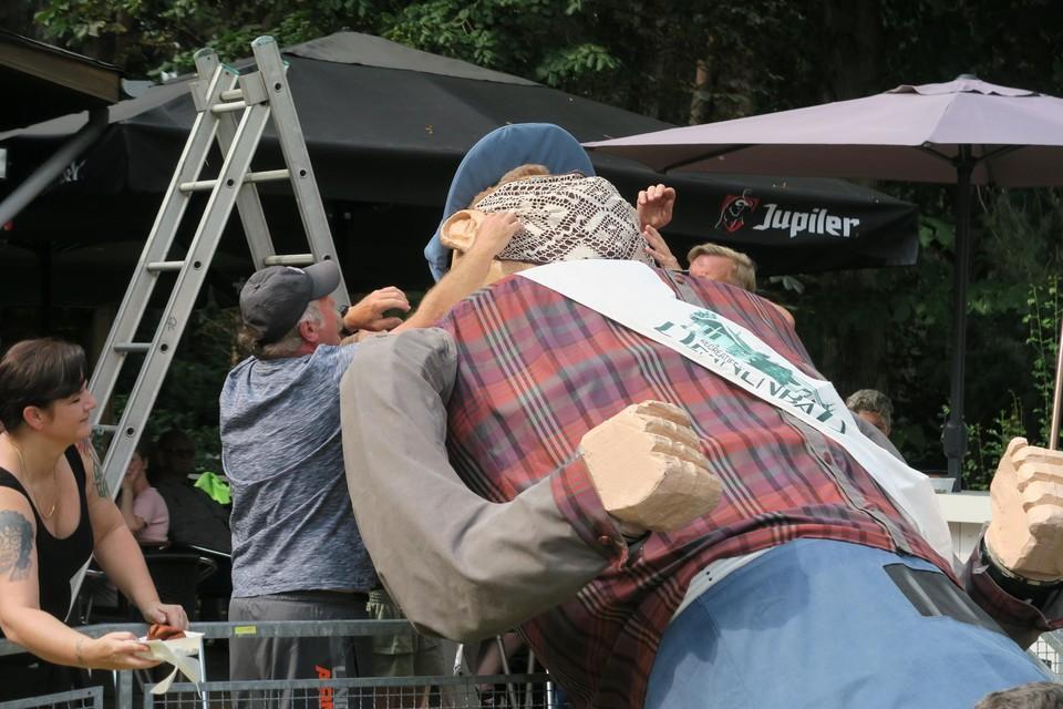 Het aantrekken van het mondmasker bij reus Johnny De Visser was een heel karwei.