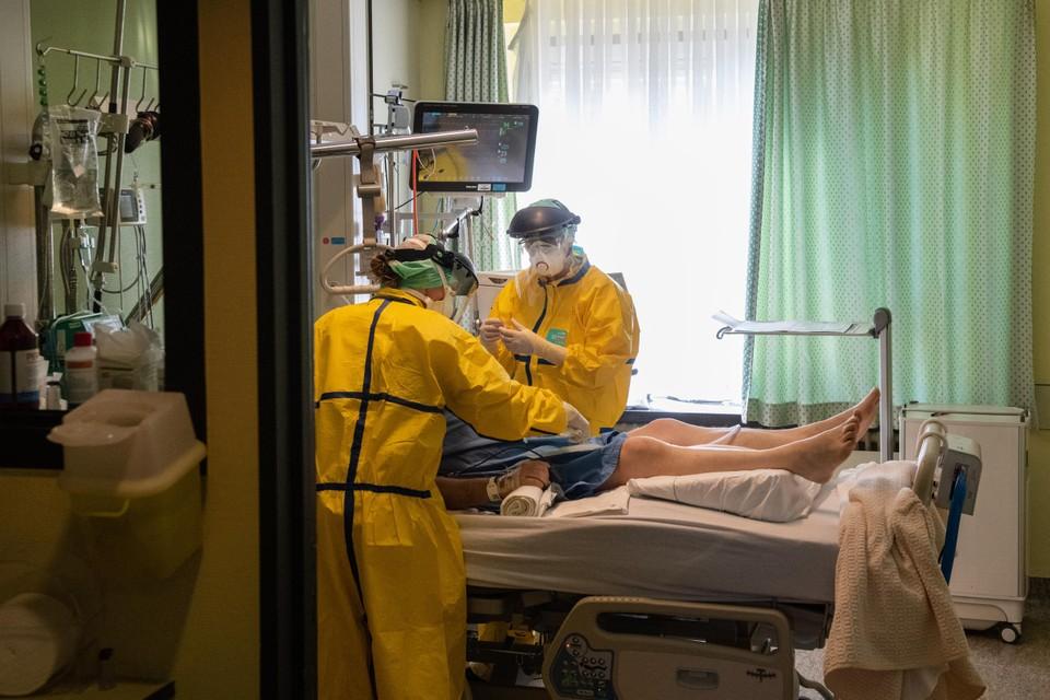 Een patiënt wordt binnengebracht op de spoedafdeling van het Jessa-ziekenhuis in Hasselt. Limburg werd zwaar getroffen door Covid-19.