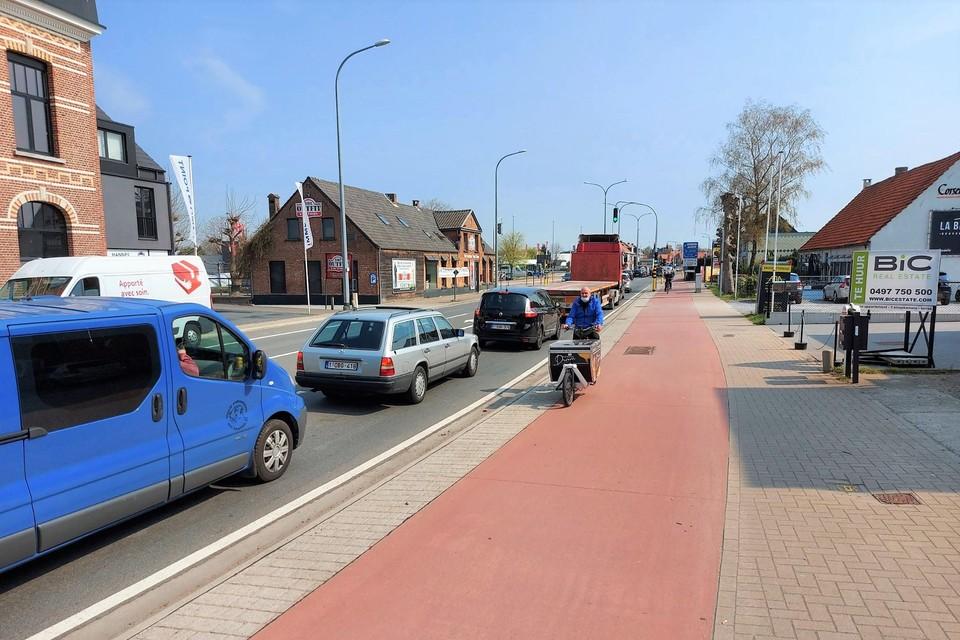 De Mechelsesteenweg komende van Duffel: de twee kruispunten vlak bij elkaar zorgen dagelijks voor files.