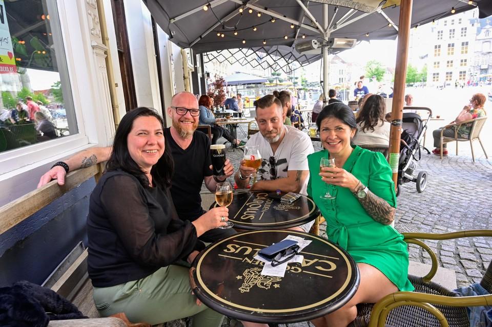 Guy (43), An (50), Veerle (49) en Geert (49) genieten van een drankje bij de Irish Pub.