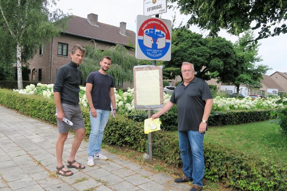 Karel Pattyn, Cedric Rosenhek en Hugo Van Aerschot bij de uitgehangen verkavelingsvergunning bij de inrit van de Ertbruggestraat, al moesten ze die affiche van straat krabben.