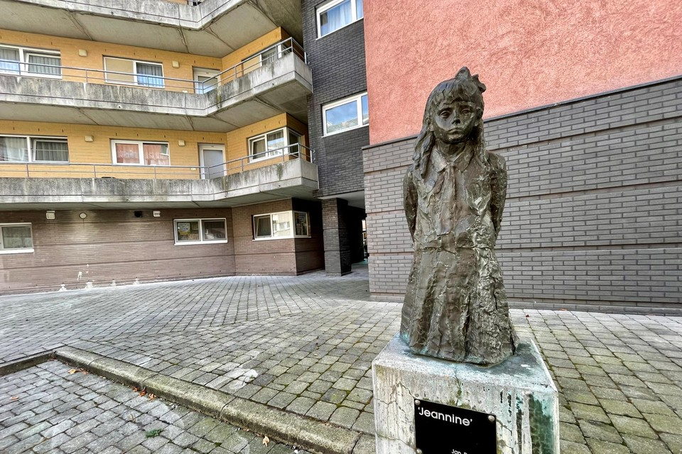 'Jeannine', een beeldhouwwerk van Jan De Smedt in de Varkensstraat. Het plein is naar de kunstenaar genoemd.